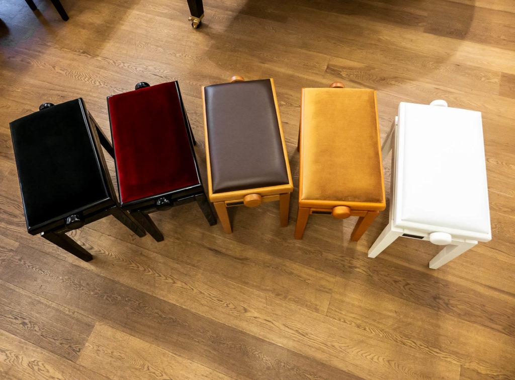 Klavierbänke verschiedene Farben René George. Klaviere