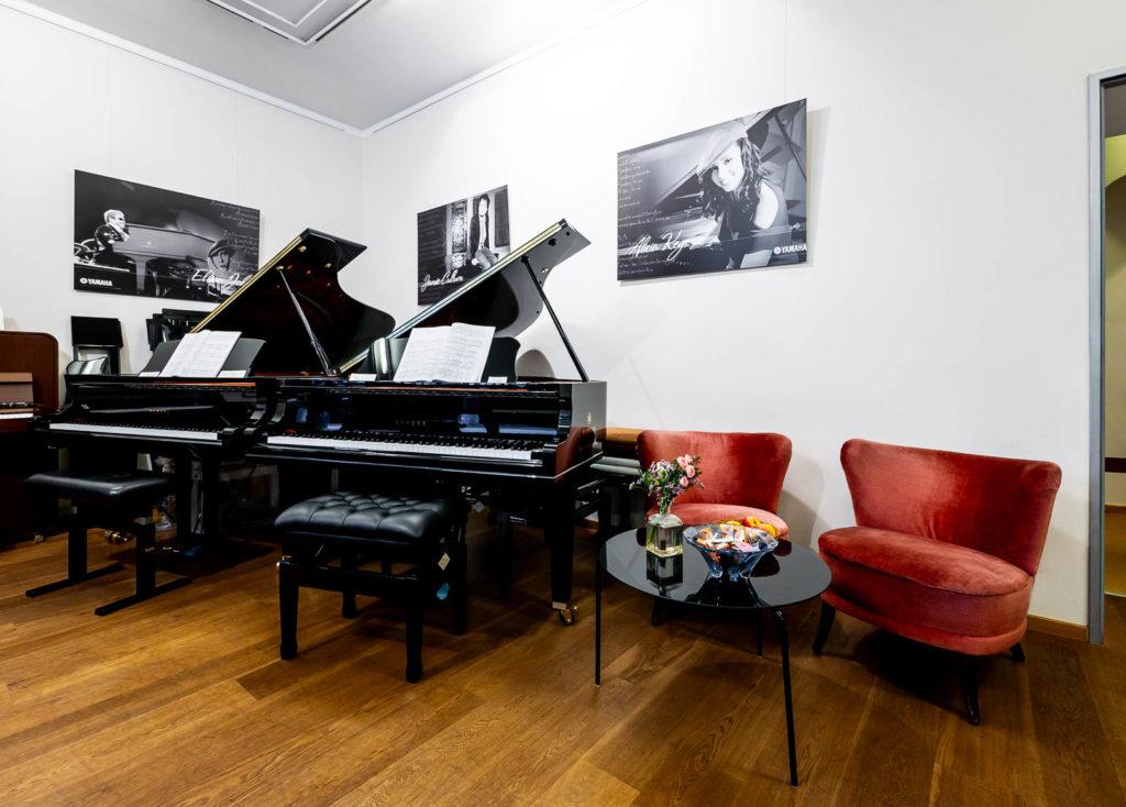 Verkaufsraum René George. Klaviere mit Yamaha-Flügeln