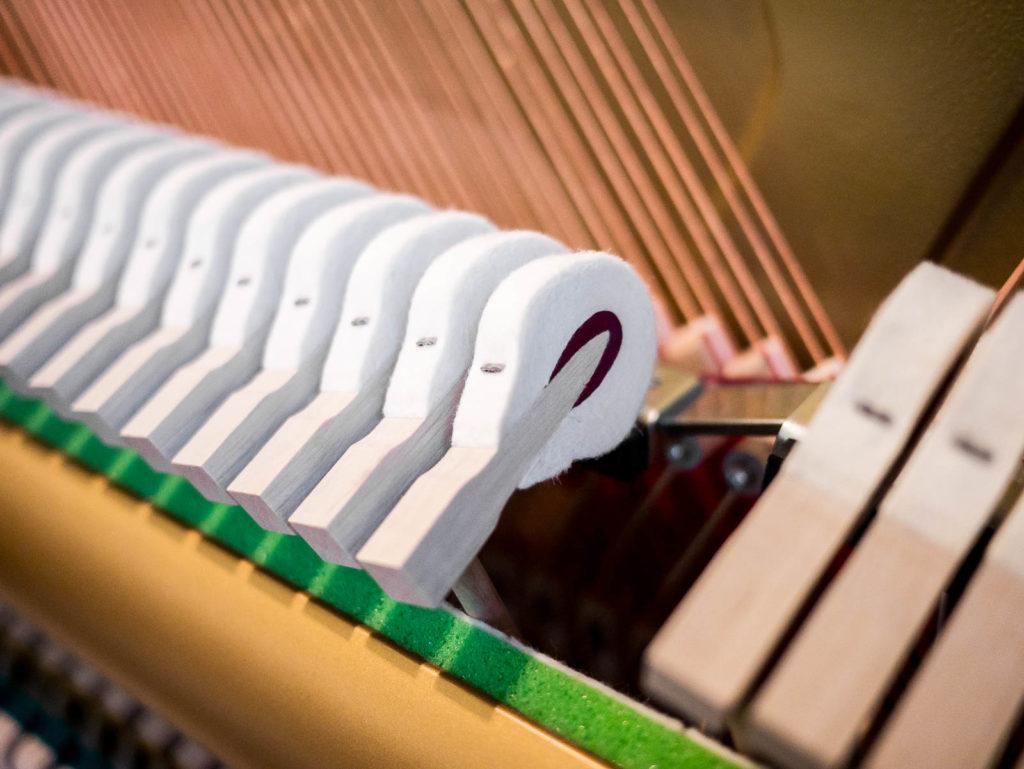 Blick in Klaviermechanik für Innenreinigung