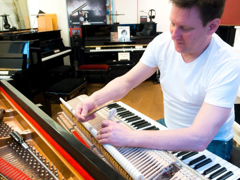 Klangoptimierung eines Flügels bei René George. Klaviere