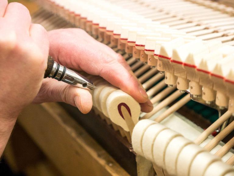 Intonation von Flügeln und Klavieren bei René George. Klaviere